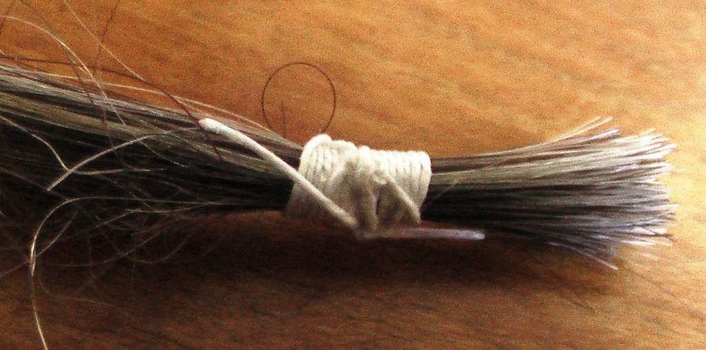 Cheveux attachés avec le fil de lin