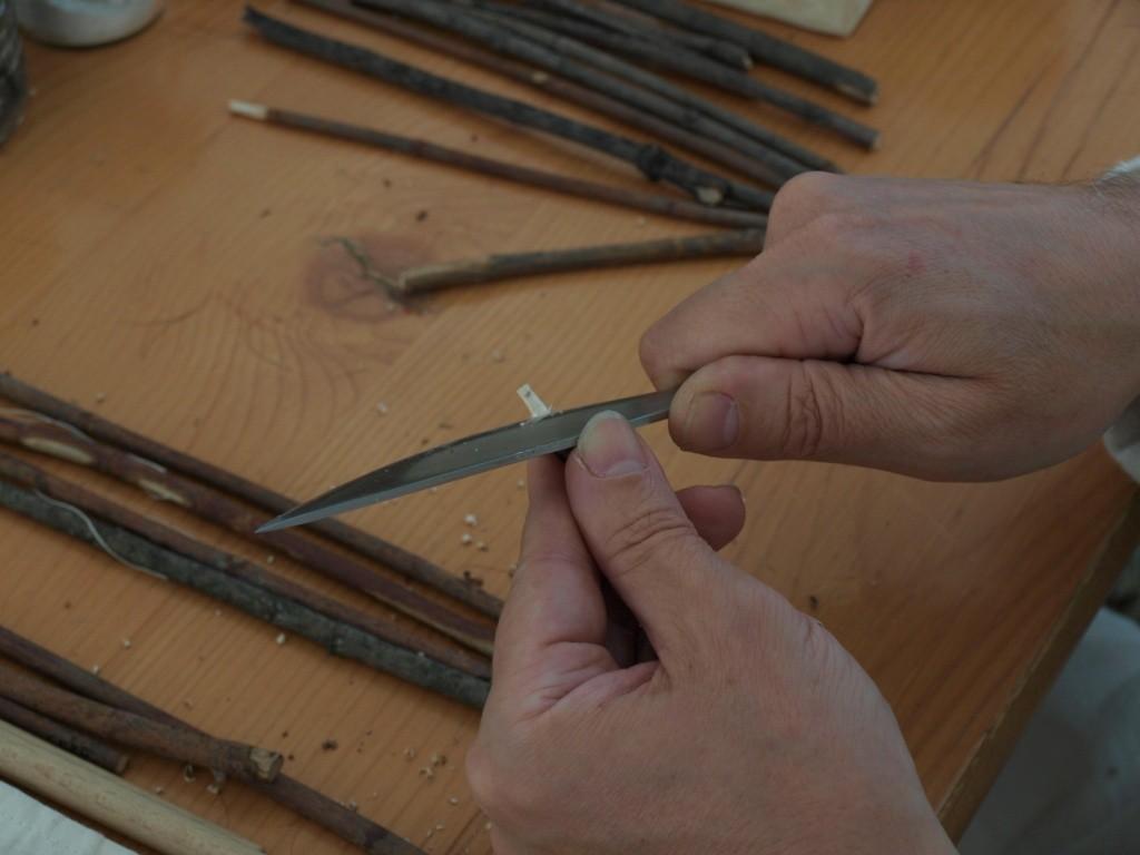 Tailler le manche pour pouvoir emboîter le tuyau en penne de plume