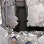 Embranchement de 2 canalisations: vue depuis le haut. Noter les rainures pour insérer des panneaux permettant de contrôler la circulation de l'eau