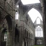 La nef centrale et la porte ouest au fond